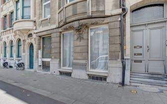 Dit te koop aangeboden appartement verkeerd in grotendeels gerenoveerde staat, het beschikt over een...