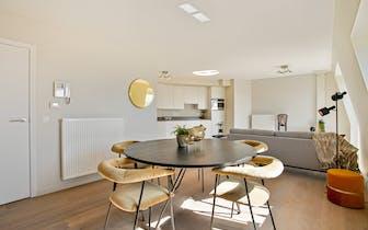 Tot in de puntjes afgewerkt duplex appartement met 2 slaapkamers en zuid-gericht zonneterras op wand...
