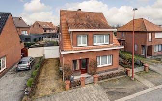Huis met 3 slaapkamers, mooi en rustig gelegen te René Willemestraat.  Dit vrijstaande huis in Kalmt...