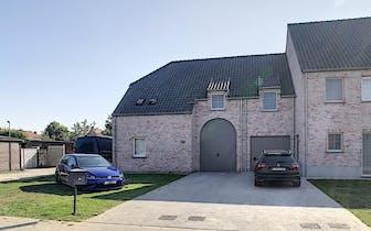 Recente half-open woning te koop in Roeselare. Op meer dan 600m², zuid-gerichte tuin en 4 slaapkamer...