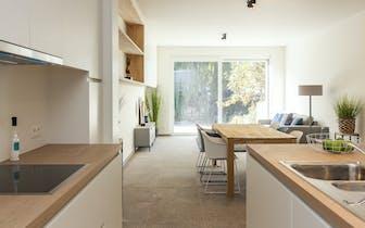 Instapklaar huis te koop te Bissegem. 3 slaapkamers, (4 mogelijk) 2 badkamers, parking met uitgang e...