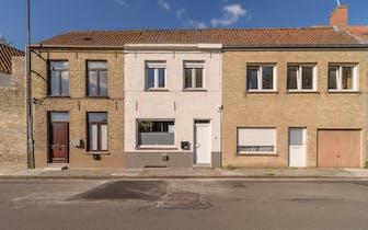 Gerenoveerde woning met 2 slaapkamers in de Oude Vestingstraat te Veurne. Het huis is gelegen op kor...
