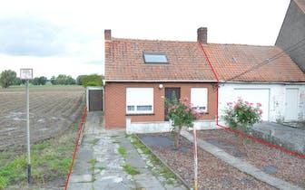 Te renoveren huisje op 605 m² in Vlamertinge.  Open zicht achteraan op de velden.