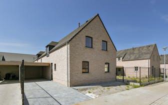 Nieuwbouwwoning (2020) met 4 slaapkamers, carport en zonnige tuin nabij het centrum van Oostkamp. Di...