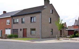 Nabij het centrum van Roeselare vinden we dit huis met garage en tuin te koop. Het huis is gelegen i...