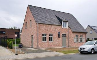Nabij het centrum van Roeselare vinden we dit recent huis te koop. Het huis werd in 2018 opgetrokken...