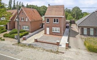 Aan de Eyndovensteenweg op een boogscheut van het centrum van Brecht staat dit huis met veel potenti...