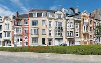 Instapklaar herenhuis te koop gelegen langs de Graaf de Smet de Naeyerlaan te Oostende. Beschikt o.a...