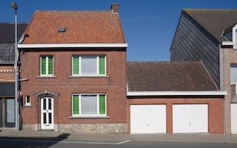 In het centrum van de bruisende gemeente Hooglede vinden we dit statig huis terug. Dit huis heeft én...