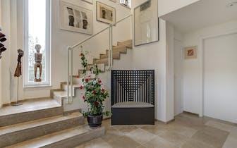 In de Sint-Aldegondestraat te Drongen bevindt zich deze gunstig gelegen en perfect onderhouden villa...