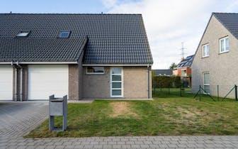Deze recente woning ( 2012) kan je terugvinden op wandelafstand centrum Deerlijk, doch op een zeer r...