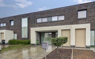 Deze recente woning bevindt zich op een toplocatie in Wondelgem, op wandelafstand van openbaar vervo...