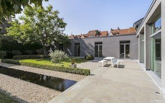 Impressionante loft met dubbele garage en paradijselijke tuin te koop gelegen op een uiterst gunstig...