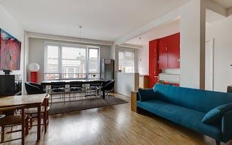 Dit charmante 2 slaapkamer appartement werd enkele jaren gelegen volledig gerenoveerd en is dan ook...