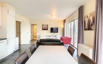 Dit 2 slaapkamer penthouse bevindt zich op de 8ste verdieping van een recente mede-eigendom. Het app...