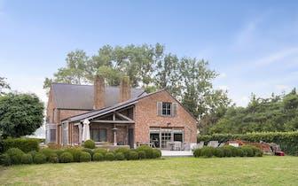 Langs de Waterpolder te Middelburg bevindt zich deze ruime villa (°2007, circa 490m² bewoonbare opp....