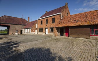 Prachtig gelegen te renoveren vierkantshoeve te Avelgem te koop op een perceel van ca 5740m². Naastl...
