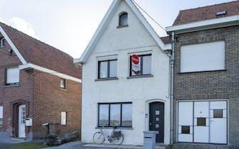 Deze totaal gerenoveerde (2018) woning is gelegen op een landelijke ligging te Waregem. Dit halfopen...