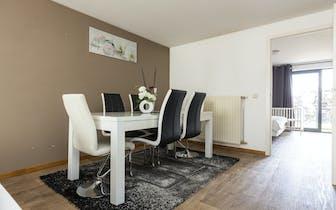Ruim appartement in residentie Raphaël. Het appartement telt 2 slaapkamers en geniet van 132m² bewoo...