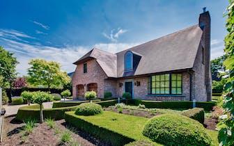 Karaktervolle villa te koop in een oase van rust en groen te Sint-Andries (Brugge), met zeer praktis...