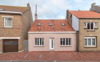 Verder af te werken woning in de Dorpsstraat te Adinkerke. Het huis is centraal gelegen op korte afs...