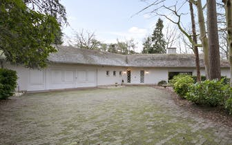 Uniek gelegen villa met tal van mogelijkheden in het residentiële Hertsberge. Deze te renoveren vill...