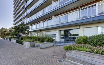 Dit te koop aangeboden appartement verkeerd in perfecte staat en is gelegen op een 13de verdieping m...
