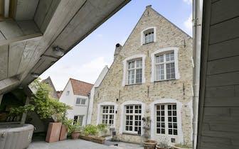 Authentiek herenhuis met 4 slaapkamers, 2 badkamers, koer en ruime zonneterras en uitweg via Gouden...