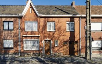 Deze kloeke woning te Waregem heeft een zeer praktische indeling en is goed gelegen, nabij de E17, v...