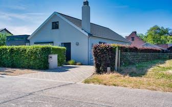 Prachtige alleenstaande woning te koop in de Cederlaan in Astene. Dit huis bevat 2 slaapkamers (moge...