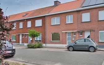 Leuke, ruime woning in de Edmond Deleyestraat te Roeselare. Met zijn drie slaapkamers, tuin en ruime...