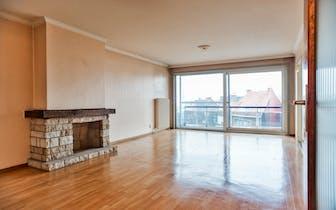 Nabij het centrum van Roeselare vinden we dit appartement met twee slaapkamers te koop. Naast de uit...