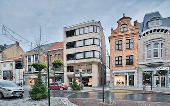 Pal in het centrum van Roeselare vinden we dit te renoveren dakappartement terug. Het appartement be...
