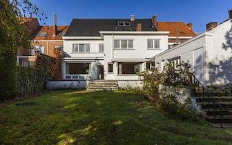 Charmante woning op een absolute toplocatie te Kortrijk.  Ongeziene volumes met een zonnige tuin.