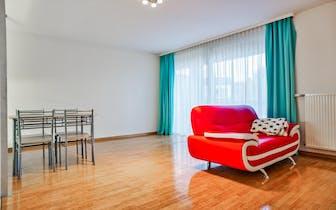 Nabij het centrum van Roeselare vinden we dit instapklaar appartement terug. Naast het appartement i...